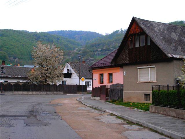 Koniec ulice SNP s pozadím kopca Vincovka