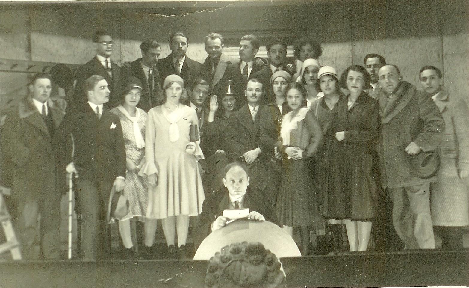 Divadelná hra z roku 1930. Na šepkárskej bude Lévay.